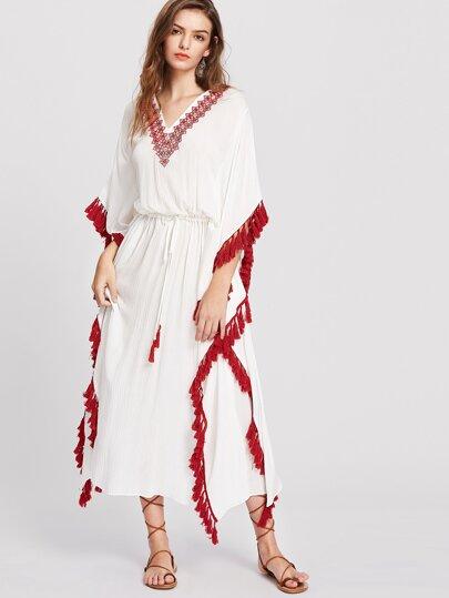 Vestido con cuello en V con bordado de mangas dolman y ribete con borlas - blanco