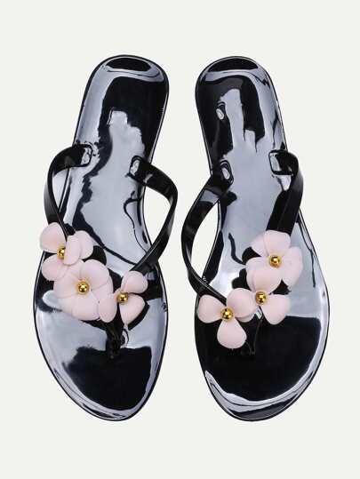 Tong noire embellie des fleurs