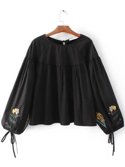 Blusa con bordado de flor y puños con cordones - negro