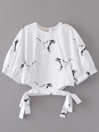 Белая модная блуза с бантом и принтом