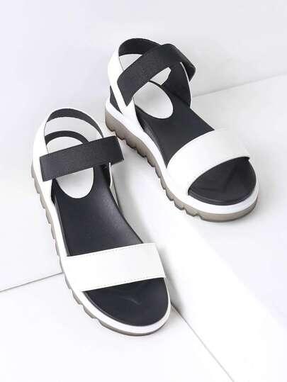 Sandales à talon plat noir et blanc