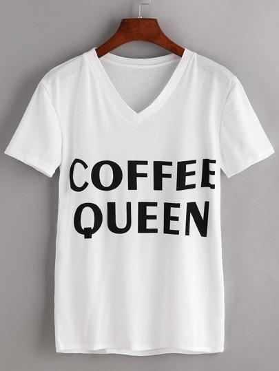 Белая модная футболка с текстовым принтом и V-образным вырезом