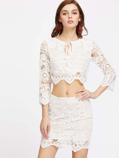 Top in pizzo con gonna