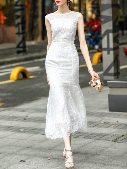 Robe blanche avec pan de poisson et applique de fleurs