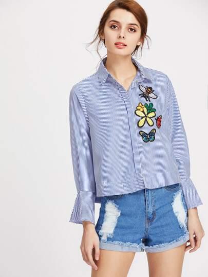 Blusa bordada de flores con una fila de botones