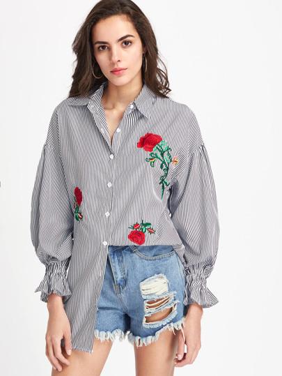 Модное платье-рубашка в полоску с цветочной вышивкой
