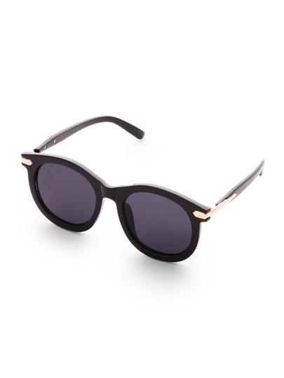 Gafas de sol con detalle de metal con lentes planas
