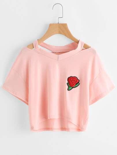 Camiseta de cuello con abertura con parche de rosa