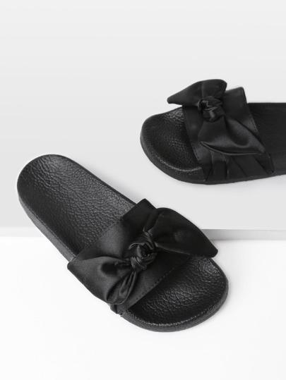Sandales satinées avec des nœuds papillon