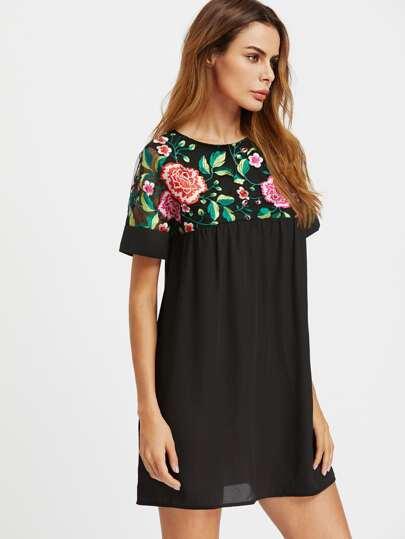 Vestido con bordado de flor de canesú y espalda con transparencia