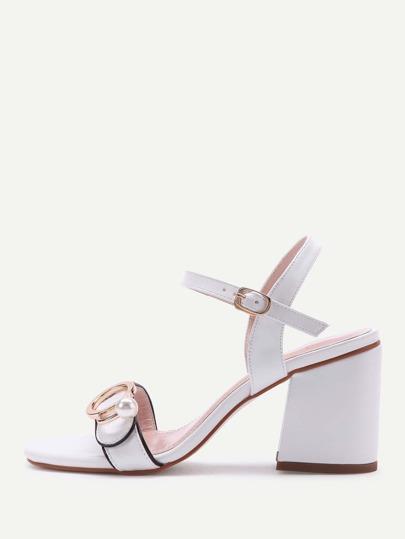 Sandalias de tacón cuadrado con hebilla de metal con perla de imitación
