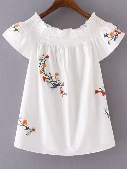 Blusa con bordado de flor con cuello barco