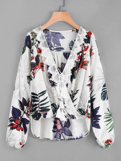 Top con cordón de fleco de encaje con estampado floral de cuello sobrepelliz
