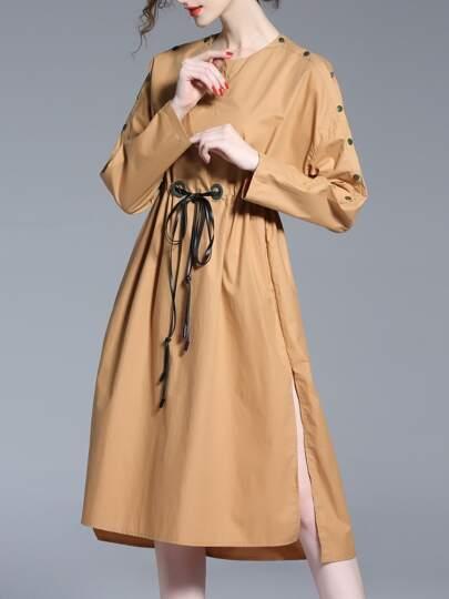 Vestido de hombros descubiertos con abertura con cordón