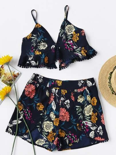 Модный костюм с цветочным принтом и V-образным вырезом