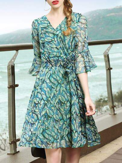 Vestido fino con estampado de hojas de manga campanuda
