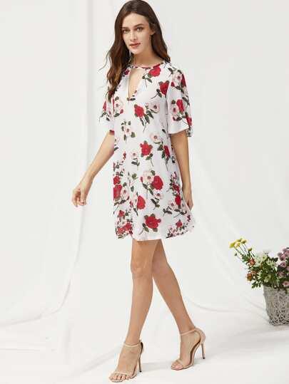 Vestido de mangas cortas con abertura en V con estampado floral