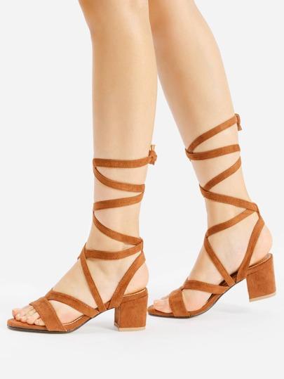 Sandalias de tacón cuadrado con tiras cruzadas