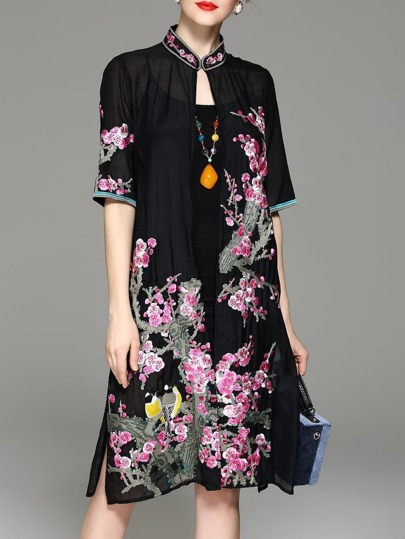 Kleid mit Blumenstickereien und Spalten