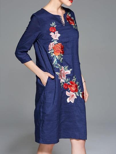Kleid mit V-Ausschnitt Blumenstickereien und Taschen