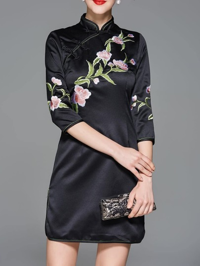 Anliegendes Kleid mit Blumenstickereien und Spalten