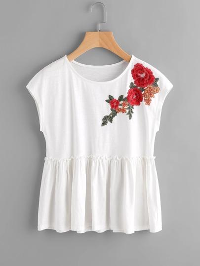 Tee-shirt manche cap brodé avec des plis et des appliques des fleurs
