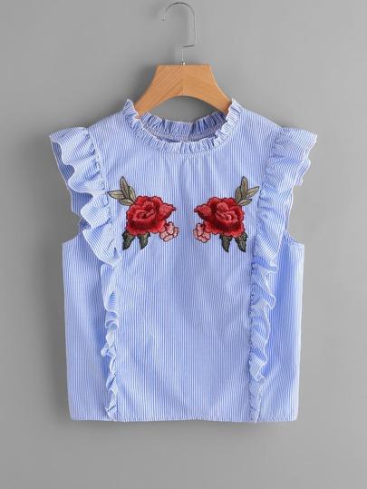 Blouse brodée avec des pièces des roses et des plis et des boutons