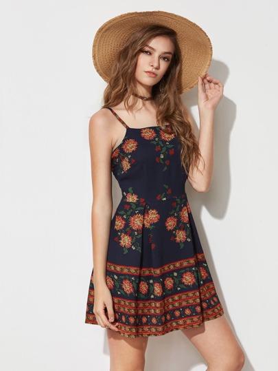 Kleid mit Blumenmuster und Schlitz