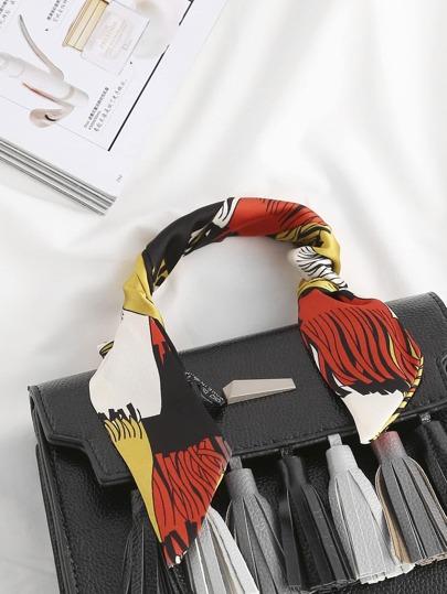 Foulard en satin imprimé avec des franges