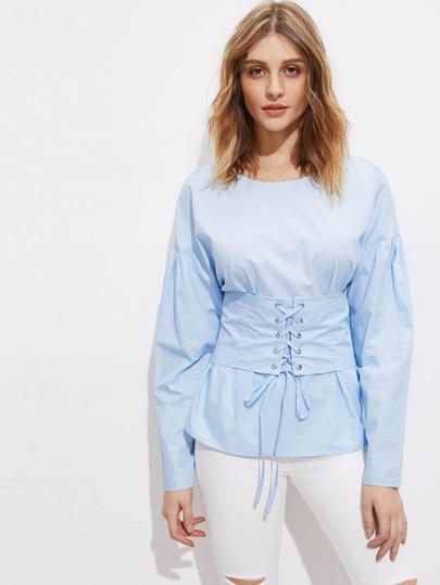 Bluse mit sehr tief angesetzter Schulterpartie, V hinten ,Band und Häkelbesatz