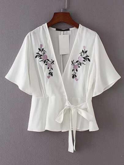 Top brodé avec manche de kimono et ceinture