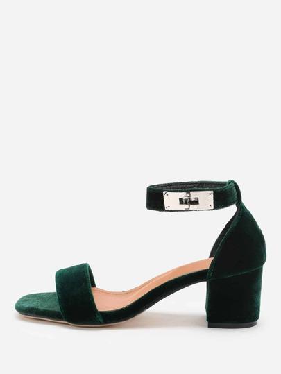 Sandales à talons avec une serrure