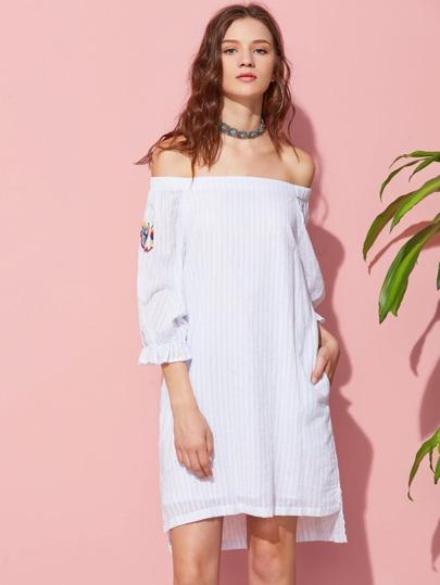 Модное платье в полоску с открытыми плечами