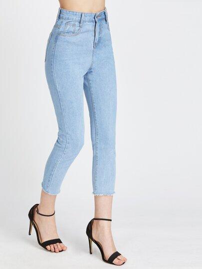 Kurz geschnittene Jeans mit hohem Bund und ausgefranstem Saum