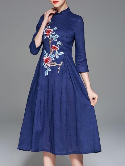 Kleid mit Blumenstickereien und altem Stil