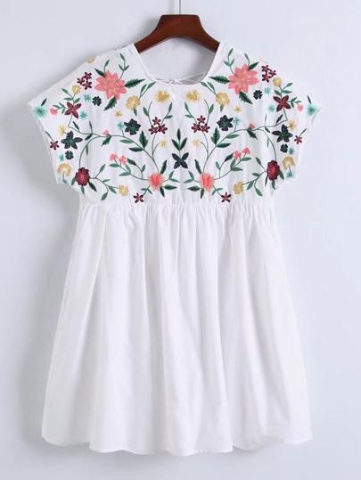 Vestito con maniche ad aletta e ricamo di fiore