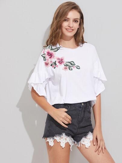 T-Shirt mit Stickereien, Blumen Applikation, sehr tief angesetzter Schulterpartie und Raffung