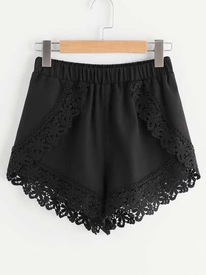 Shorts cruzados con encaje