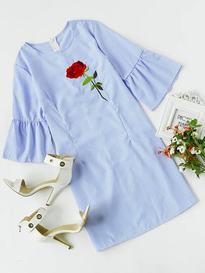 Vestito a strisce con maniche a campana e ricamodi rosa