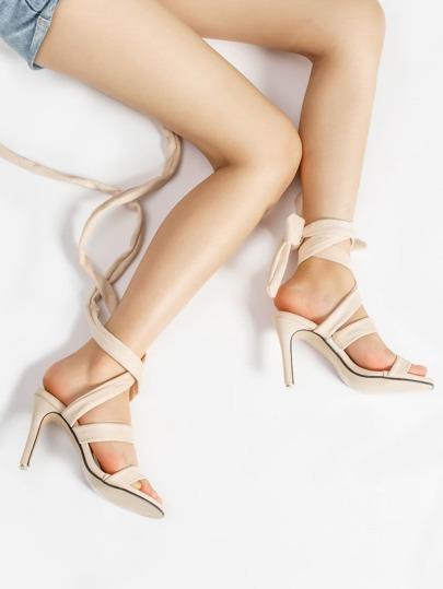 Sandales à talons avec des lacets croisés arrière
