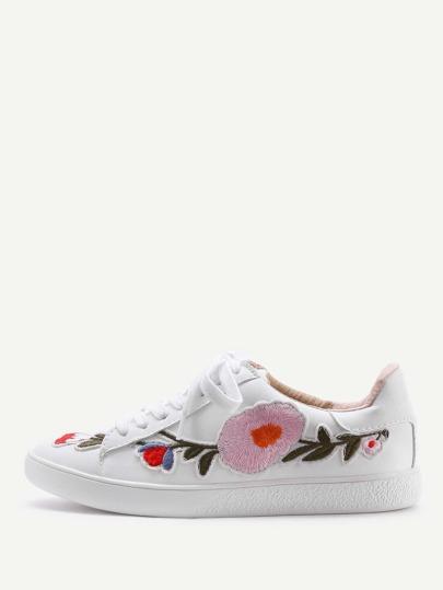 Sneakers mit Blumenstickereien und Schnüren