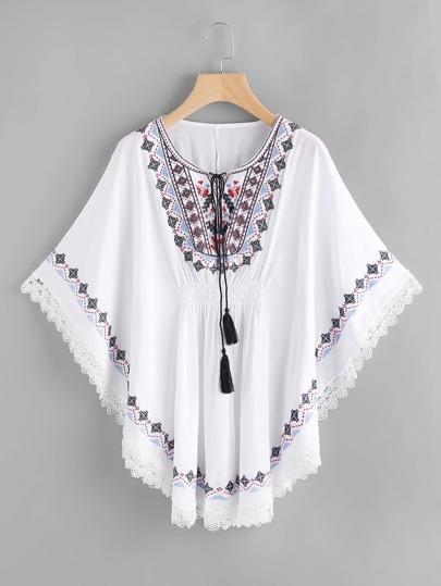 Kaftan Kleid mit Stickereien, Quaste, Band am Hals und Spitzen
