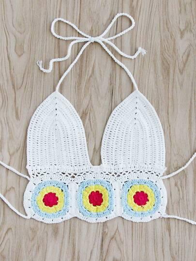 Top bikini di triangolo all'uncinetto con modello di fiore