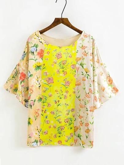 Camiseta de mangas acampanadas con estampado floral