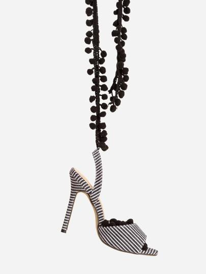 Sandalias de tacón alto con adornos de pompones