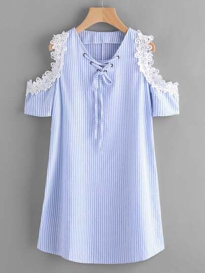 Vestido de rayas verticales de encaje en contraste con hombro abierto