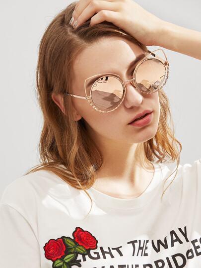 Gafas de sol con lentes redondas con detalle de pedrería
