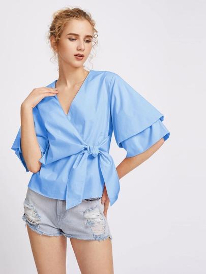 Bluse mit V-Ausschnitt und Knoten um die Taille