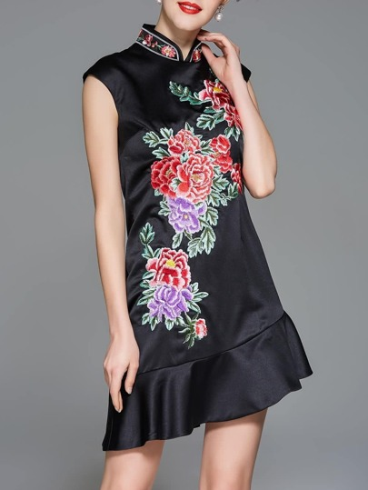 Kleid mit Kragen Blumenstickereien und asymmetrischem Saum
