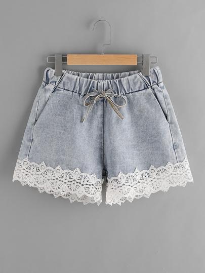 Shorts contrasté en denim en dentelle avec un lacet